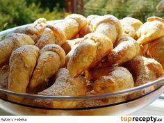 Rohlíčky ze šlehačkového těsta1/4 l šlehačky 250 g másla nebo Hery 1 vejce špetka soli 400 g hladké mouky  Na sladkou náplň můžeme použít: tvaroh ořechy cokoliv (třeba mletý salám)  Na obojí rohlíčky: vejce na potření