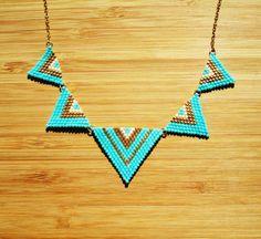 Collier plastron plaqué or triangles tissés main perles Miyuki bleu turquoise, blanc et doré