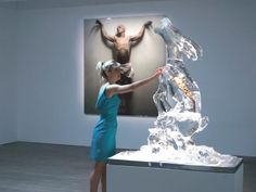 Η Σοφία με ένα γλυπτό καγκουρό στο πάγο,  έχει ενσωματωμένη μια σπονδυλική στήλη κανονικού καγκουρό.  (2010)