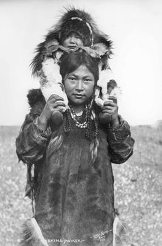 Inuit mother with baby on shoulders, Alaska, Photographer: Lomen Brothers, Nome, Alaska. Native American Photos, Native American Tribes, Native American History, Native Americans, American Symbols, Art Inuit, Inuit People, Native Indian, People Of The World