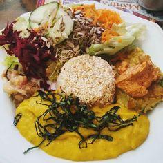 Em homenagem à #segundasemcarne vai um #lategram de saudade deste almoço colorido delicioso saudável leve e revigorante do Mantra restaurante vegano no centro de Porto Alegre  #cozinhaindiana #vegano #veganismo #saudavel #mantra #poa #vegan #veganfood #instafood #instagood #depratosaprosas