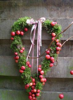 Mooi hart voor buiten met mos en kleine rode appeltjes eromheen gewikkeld!