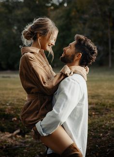 They're Married! Chris Lane and Lauren Bushnell Exchange Vows After Whirlwind Engagement Couple Photoshoot Poses, Couple Photography Poses, Couple Shoot, Photoshoot Ideas, Photography Editing, Photography Tutorials, Creative Photography, Digital Photography, Portrait Photography