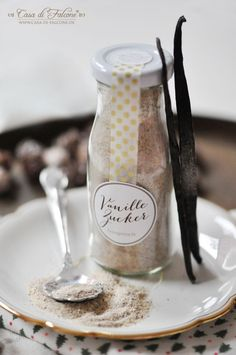 Weihnachtsschenkerei: selbstgemachter Vanillezucker - hübsch verpackt in kleinen Glasflaschen - ist ein feines & praktisches Geschenk für Backfeen!