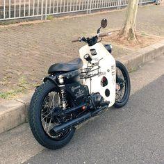 I like rack between the legs Honda Cub, Best Scooter, Scooter Motorcycle, Scooters, Motorcycle Icon, Moto Car, Honda Motorcycles, Mini Bike, Custom Bikes