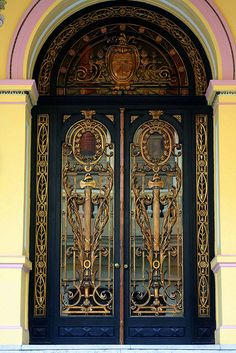 Doors in Havana Cuba, bewaard door Atelier Jose Cool Doors, Unique Doors, Knobs And Knockers, Door Knobs, Entrance Doors, Doorway, Doors Galore, Art Du Monde, Door Gate