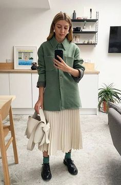 NEUE MODE Sommer Outfit - What to wear in March: pleated skirt and shacket - Sommer 2019 Fashion Mode, Look Fashion, Spring Fashion, Girl Fashion, Fashion Outfits, Runway Fashion, Fashion Clothes, Jackets Fashion, Mature Fashion