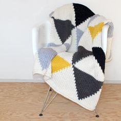 Triangle géométrique moderne jet ou une couverture par YarningMade, $250.00