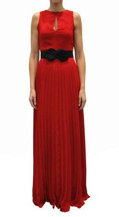 Vestido de fiesta largo en color y con falda plisada, una de las tendencias de la temporada.