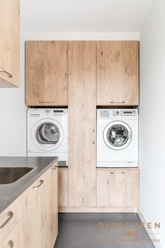 Heel praktisch, je wasmachine en droger op hoogte. Het ziet er ook nog eens mooi uit. Perfecte maatwerk! Laundry Room Layouts, Small Laundry Rooms, Laundry Room Storage, Küchen Design, House Design, Laundry Room Inspiration, Laundry Room Design, Interior Design Living Room, Bedroom Decor