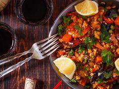 chorizo, poivre, piment, riz, moules, crevette, vin blanc sec, oignon, oignon, huile d'olive, porc, ail, poulet, tomate pelée, persil, sel, poivre de cayenne, safran, bouillon, coque, petit pois