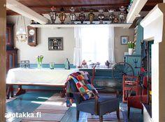 Parisataa vuotta vanhassa pohjalaistalossa on eri aikakausilta kauniisti yhteen sointuvia värikkäitä huonekaluja, tapetteja ja seinämaalauksia.