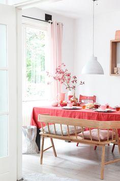 パステルピンクだけでなく、ビビッドなピンクも素敵。模様替えには、テーブルクロスなどいつでも取り外し可能なもので楽しむのもいいですね。