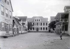 Watermolenstraatstraat, met op de achtergrond de Louiseschool aan de Gravenstraat, de huidige Henck Arronstraat. Datum: Locatie: Paramaribo, Suriname Vervaardiger: Inv. Nr.: gn-27-294 Fotoarchief Stichting Surinaams Museum