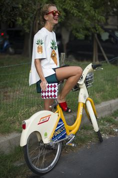 The only thing better than eating a pineapple is wearing the pineapple trend! Cute Pineapple, Pineapple Express, Pineapple Print, Vogue, Grunge, Style Japonais, Football Outfits, Cycle Chic, Bicycle Girl