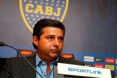 """Bianchi no renunció, Angelici no se 'animó' a echarlo http://www.ambitosur.com.ar/bianchi-no-renuncio-angelici-no-se-animo-a-echarlo/ Las derrotas en el """"Xeneize"""" continúan y el nivel del equipo es cada vez más 'pobre'. Ante este escenario, el presidente y el entrenador estuvieron reunidos durante una hora en el domicilio del directivo. Allí, el """"Virrey"""" fue categórico y le expresó que él no piensa dar un paso al"""