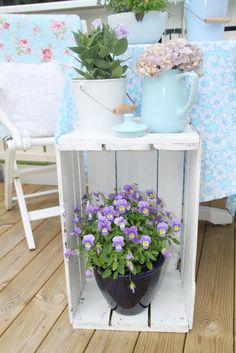 Pretty side table for the deck. Pembe Yastık.