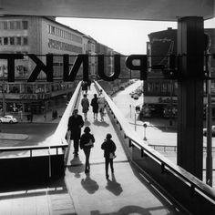 BERLIN 70er Jahre, ehem. Fussgaengerbruecke am Europa Center, Budapester Strasse - heute ist die Brücke in Staaken, ganz hinten an der Heerstrasse zu finden