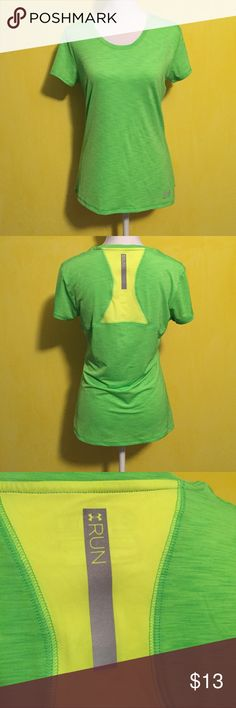 Under Armour top Women's Under Armour heat gear top, size medium, perfect condition with no flaws, pretty lime green color, reflective details, moisture wicking material, looser fit. Bundle to save 😊🌺💜 Under Armour Tops Tees - Short Sleeve