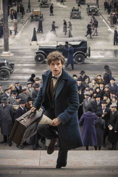 Newt Scamander in action in New York. Fantastic Beasts and Where to Find T… Newt Scamander in action in New York. Fantastic Beasts and Where to Find Them Ed Sheeran, Mundo Harry Potter, Harry Potter World, Edward Christopher Sheeran, Shadowhunters, Gellert Grindelwald, Images Harry Potter, The Vampire Diaries, Fantastic Beasts And Where