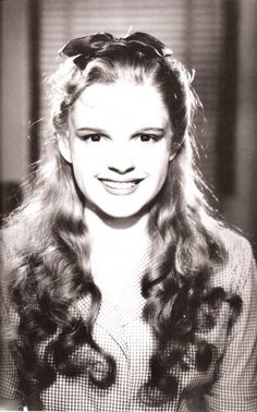 Judy Garland, The Wizard of Oz (early make-up). OMYGOSH, she looks so young! how cute.