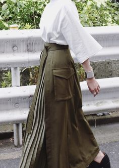 The resort 2019 skirts transform into versatile silhouettes zippers turn the wool pencil skirt into an a line while revealing set in pleats – Artofit Muslim Fashion, Modest Fashion, Skirt Fashion, Hijab Fashion, Fashion Outfits, Modest Dresses, Modest Outfits, Pencil Skirt Outfits, Pencil Dresses