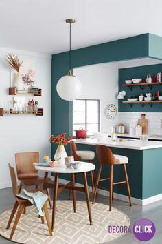 O destaque especial dessa cozinha é a pintura verde com a madeira das cadeiras. Reparem também no tapete bem discreto que deixou o ambiente muito mais despojado.