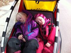 Man kan godt blive træt når man har samlet ind :-). Freja og Nanna samlede ind i Tårbæk #Landsindsamling #Visflaget