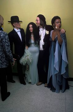 English singer and songwriter David Bowie Yoko Ono English singer and songwriter John Lennon formerly of The Beatles and American singer Roberta. David Bowie John Lennon, Iman And David Bowie, John Lennon Yoko Ono, Jhon Lennon, David Bowie Pictures, Roberta Flack, Les Beatles, The Thin White Duke, Ringo Starr