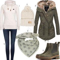 Warmes Winteroutfit mit beigem Naketano Pullover, Berydale Strickmütze, grüner Navahoo Jacke, Find Jeans, Mevina XXL Schal und grünen Timberland Schuhen.