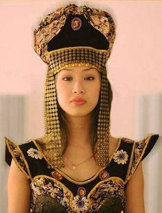 Güney Sibirya'da yaşayan Şor Türk Khatunu, ulusal giysi ve başlıkla...