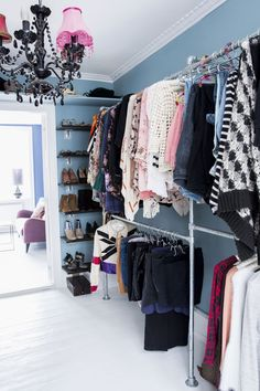 Use galvanized pipe from Home Depot for a cheap yet chic exposed closet look. For awkward or tight corners, add deep slats for shoes. (Spare bedroom=walk in closet) Closet Bedroom, Closet Space, Bedroom Decor, Exposed Closet, Dressing Pas Cher, Walk In Wardrobe, Capsule Wardrobe, Dream Closets, Open Closets