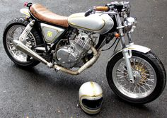 <p>Banyaknya jenis aliran modifikasi khususnya kendaraan roda dua, di benak Indra kala itu terbayangkan kalau café racer salah satu gaya yang paling tepat untuk konsep motornya. Suzuki Thunder GSX 250cc habis-habisan dirombak, tidak sedikit kocek yang ia keluarkan untuk mengubah sepenuhnya dengan gaya café racer. Motor ini dijuluki 'Gledek' karena …</p>