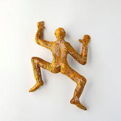 Art contemporain - sculpture en homme escalade - fil maille sculpture - décoration - mur métal art - jaune sur Etsy, 85,54€