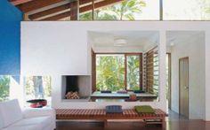 Além da lareira, a sala de estar conta com um canto para relaxar forrado de ...