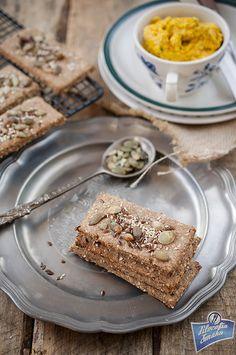 Chrupiące razowe chlebki z ziarnami