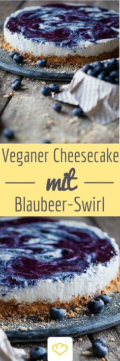 Veganer Käsekuchen? Ja, das funktioniert tatsächlich! Eine feine Creme aus Cashewkernen und Kokosmilch macht diesen Blaubeer-Swirlkuchen zu einer veganen Alternative.