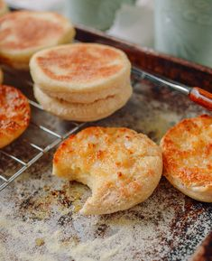 This English muffin recipe is so easy (no oven needed) and DELICIOUS. Once you taste your homemade English muffins, you'll never go back to store-bought! English Muffin Recipes, Homemade English Muffins, English Muffin Recipe No Yeast, English Muffin Bread, Bread Recipes, Cooking Recipes, Buttermilk Recipes, Best Bagels, Woks