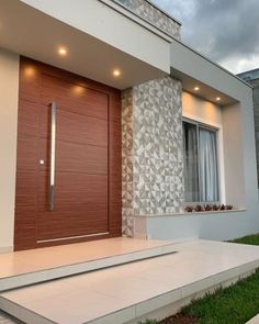 A super modern entrance! Who also loves big woody doors? Home Door Design, Main Door Design, Bungalow House Design, House Front Design, Small House Design, Modern House Design, Villa Design, Modern Entrance Door, House Entrance