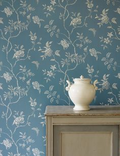 A delicate monotone floral trail, with a hint of Chinoiserie that makes it reminiscent of hand painted wallcoverings. Have you thought about wallpaper accessories? Wallpaper Online, Love Wallpaper, Fabric Wallpaper, Designer Wallpaper, Botanical Wallpaper, Colefax And Fowler Wallpaper, Hand Painted Walls, Paint Designs, Chinoiserie