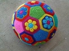 How to crochet a fun African-flower design soccer ball from 20 hexagonal and 12 pentagonal motifs. Toys Patterns african flowers How to make an African Flower soccer ball - Crochetbug Crochet Gratis, Crochet Diy, Crochet Amigurumi, Crochet For Kids, Hexagon Crochet, Amigurumi Tutorial, Crochet Dishcloths, Crochet Food, Crochet Ideas