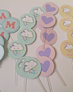 """Topper Personalizado Chá de Bebê - Nuvem e chuva de amor    Os toppers das fotos foram feitos, com muito carinho, para o Chá de Bebê da Maya, que teve o tema """"Nuvem""""!  _______________________________________________  Descrição:  *topper personalizado, impresso em papel fotográfico 180gr, colado e..."""