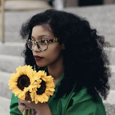 I love EVERYTHING about this picture, from my favorite flower to her glasses to her lipstick finishing by her hair !!! BOMB !!