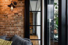 Különleges, egyedi, férfias otthon - fa, fém, üveg, tégla és beton együtt, hajózási konténer ajtaja a gardróbon, régi hangszórók a falban Apartment Interior, Apartment Design, Interior Architecture, Interior Design, Home Gadgets, House Design, Windows, Cool Stuff, Industrial