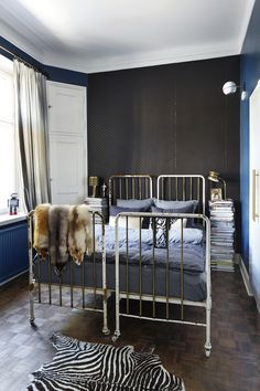 Sängyt ovat alun perin vanhat sairaalasängyt.