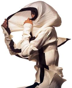 Irving Penn Regards the Work of Issey Miyake: Photographs - M̲elt