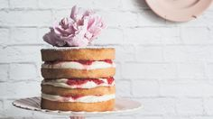 How to make a vanilla cake with raspberries and cream
