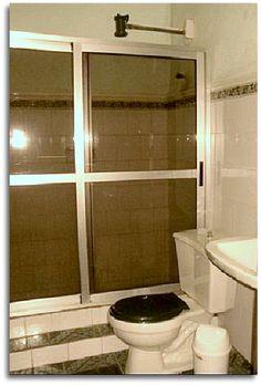 Detalle de uno de los baños. Colonial, Bathroom Lighting, Toilet, Mirror, Furniture, Home Decor, Home, Bathroom Light Fittings, Bathroom Vanity Lighting