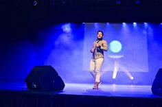 """Le chanteur Bruno Moreno (finaliste The Voice) en sneakers """"NIXON"""" Cognac..."""
