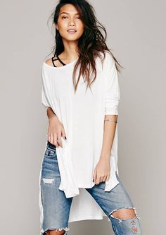 Oversized white T-Shirt with ripped jeans and booties